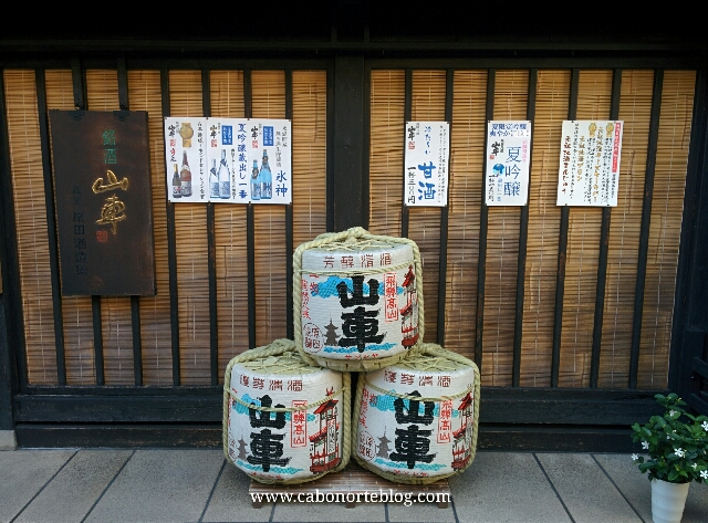 Barriles de sake en el casco antiguo de Takayama
