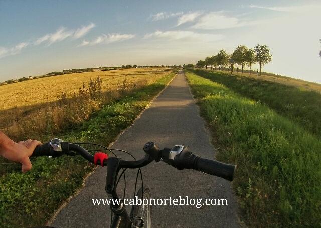 En bici camino a la Colina de las Cruces