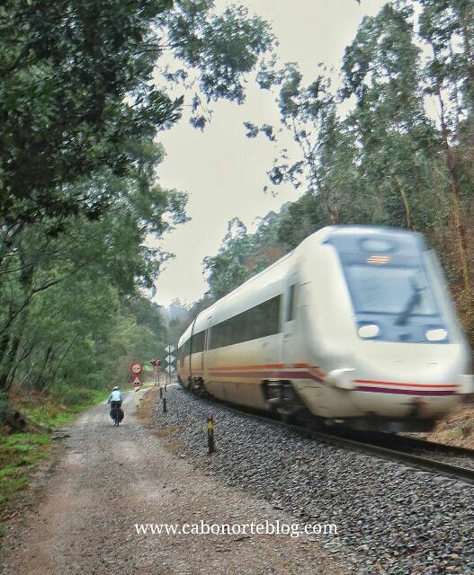 Un pequeño tramo del Camino Portugués al lado de la vía del tren