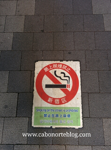 Cartel de prohibición de fumar en la calle en Tokio