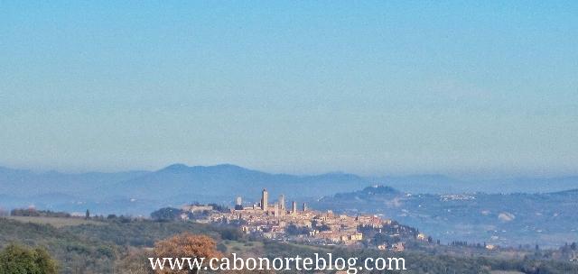 Paisaje de la Toscana con San Gimignano al fondo