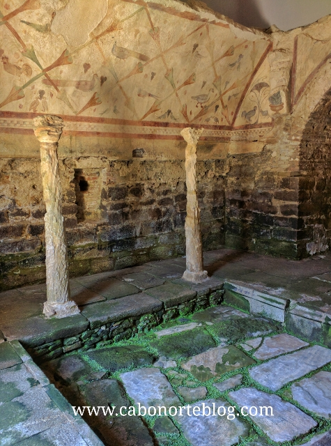 Piscina, capiteis e murais