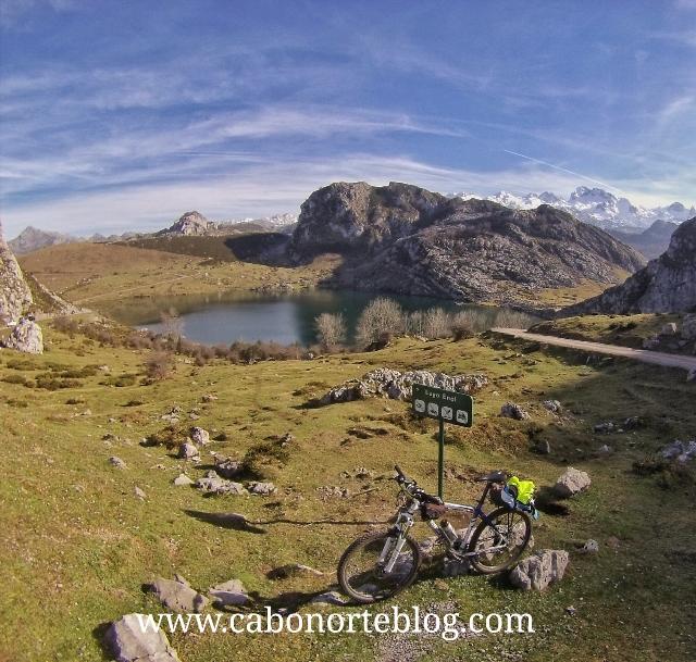 En lo alto del puerto, con vistas al Lago Enol, Lago enol, btt, bici, lagos de covadonga, picos de europa