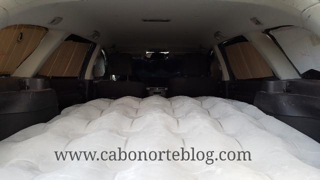 Cama en el interior del coche lista para dormir
