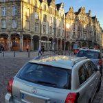 A veces es difícil aparcar en el centro de las ciudades. Arras, en el Norte de Francia.