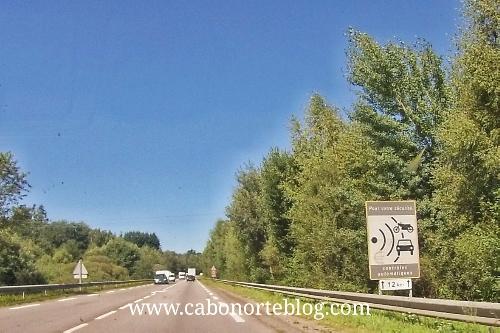 Radar fijo señalizado en una carretera francesa