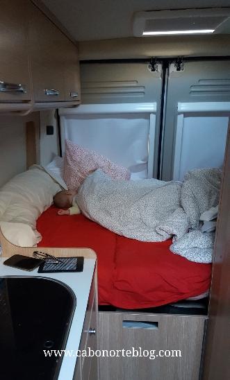 Nuestro bebé durmiendo en la autocaravana