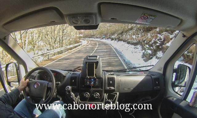 Subiendo un puerto de montaña en autocaravana