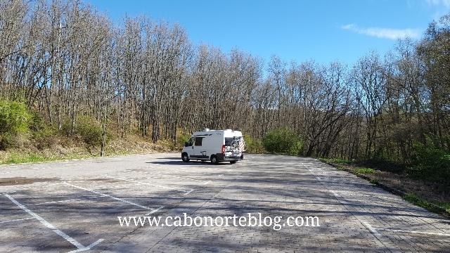 Autocaravana en un aparcamiento de turismos