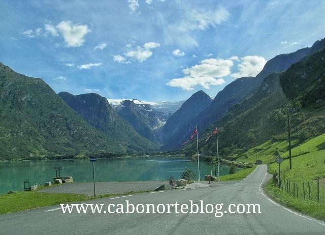 Carretera junto a un fiordo en Noruega