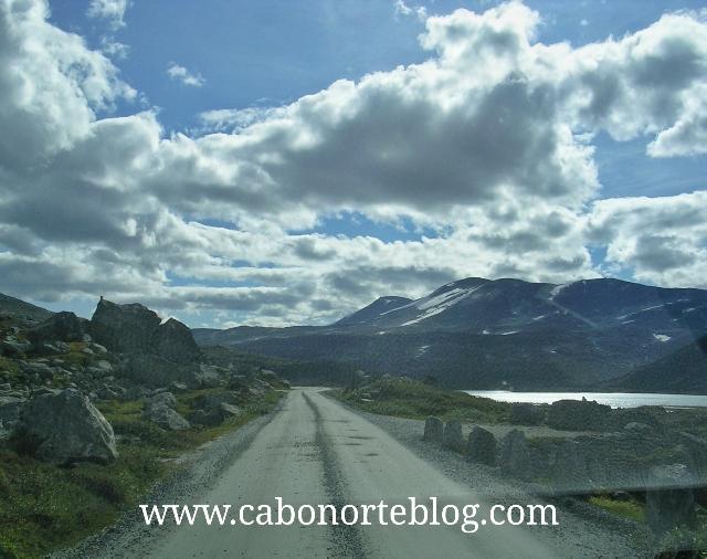 Carretera sin asfaltar en el interior de Noruega