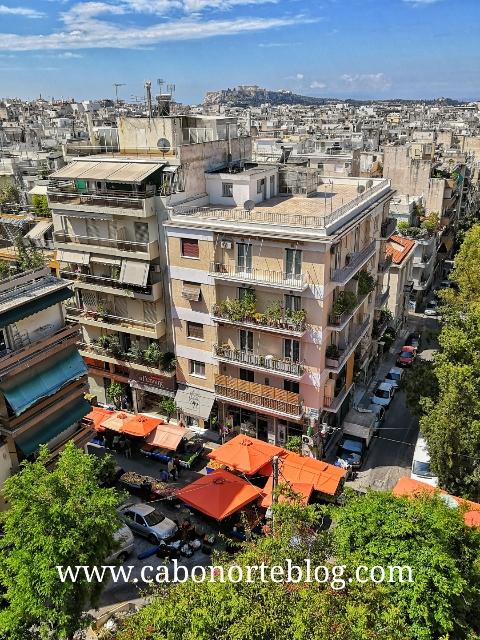 Vista de Atenas desde la terraza del hotel, con la Acrópolis al fondo