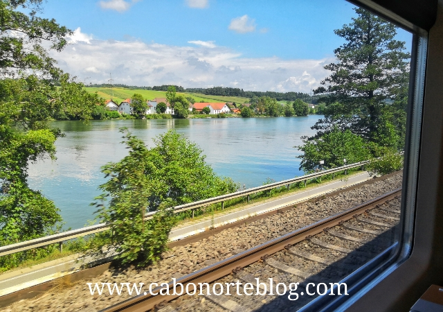 En tren al lado del Danubio